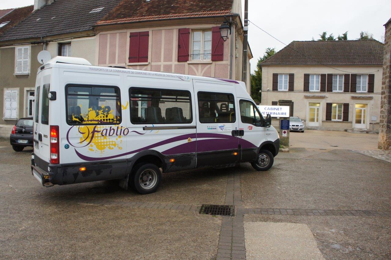 Le bus Fablio de la ligne TAD G arrive à l'arrêt Place de l'église à Condé-en-Brie.