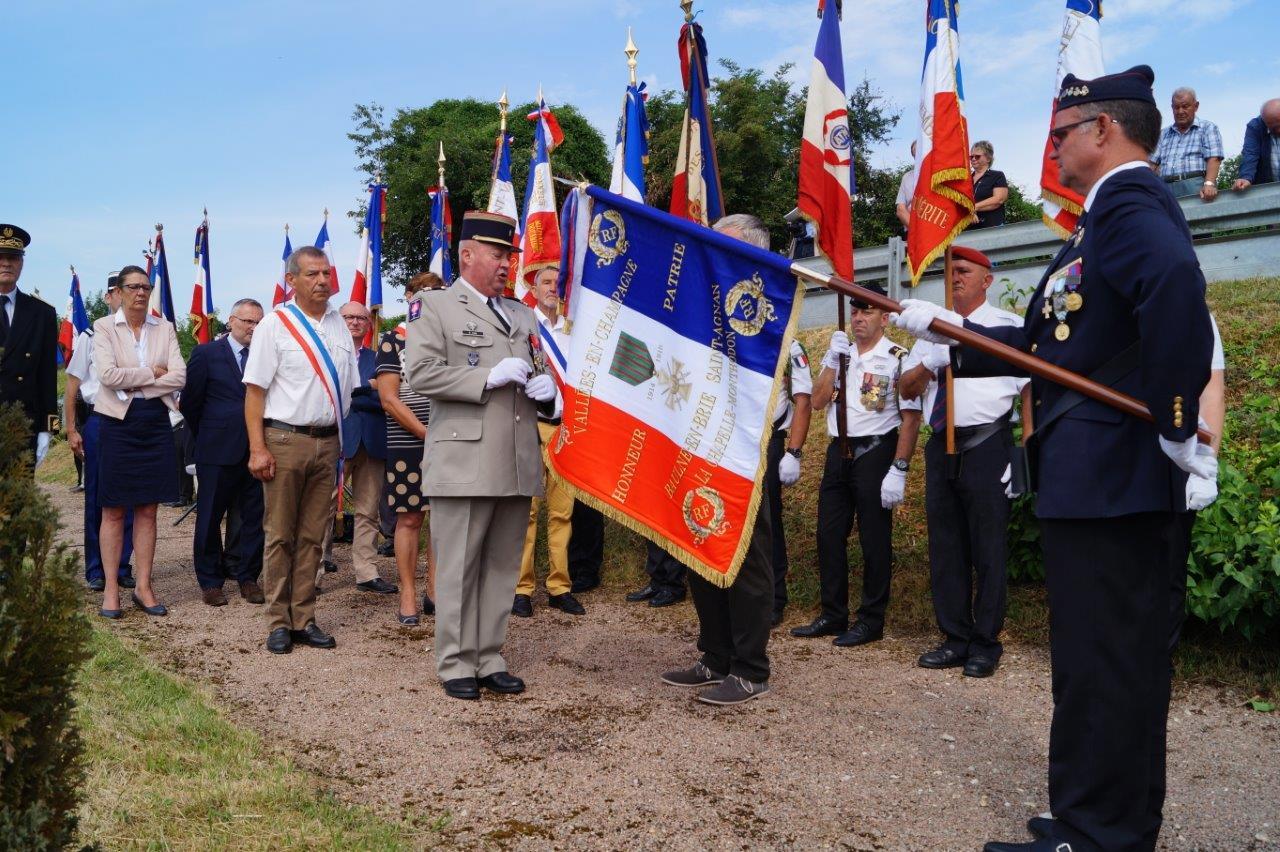 Le lieutenant-colonel Daniel Cian remet la Croix de guerre 1914-1918 à la commune Vallées-en-Champagne.