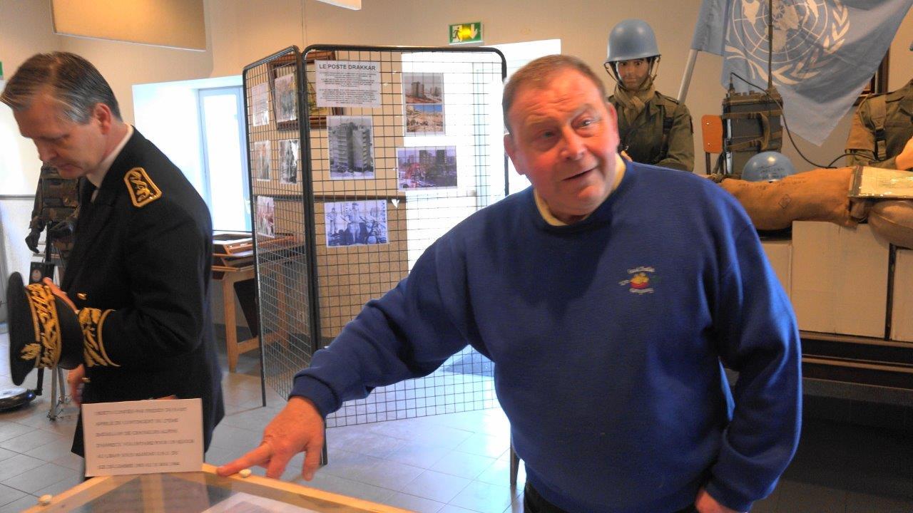 Patrick Monchicourt, porte-drapeau de l'APAC, présente l'exposition consacrée aux objets appartenant à d'anciens soldats de la FINUL.