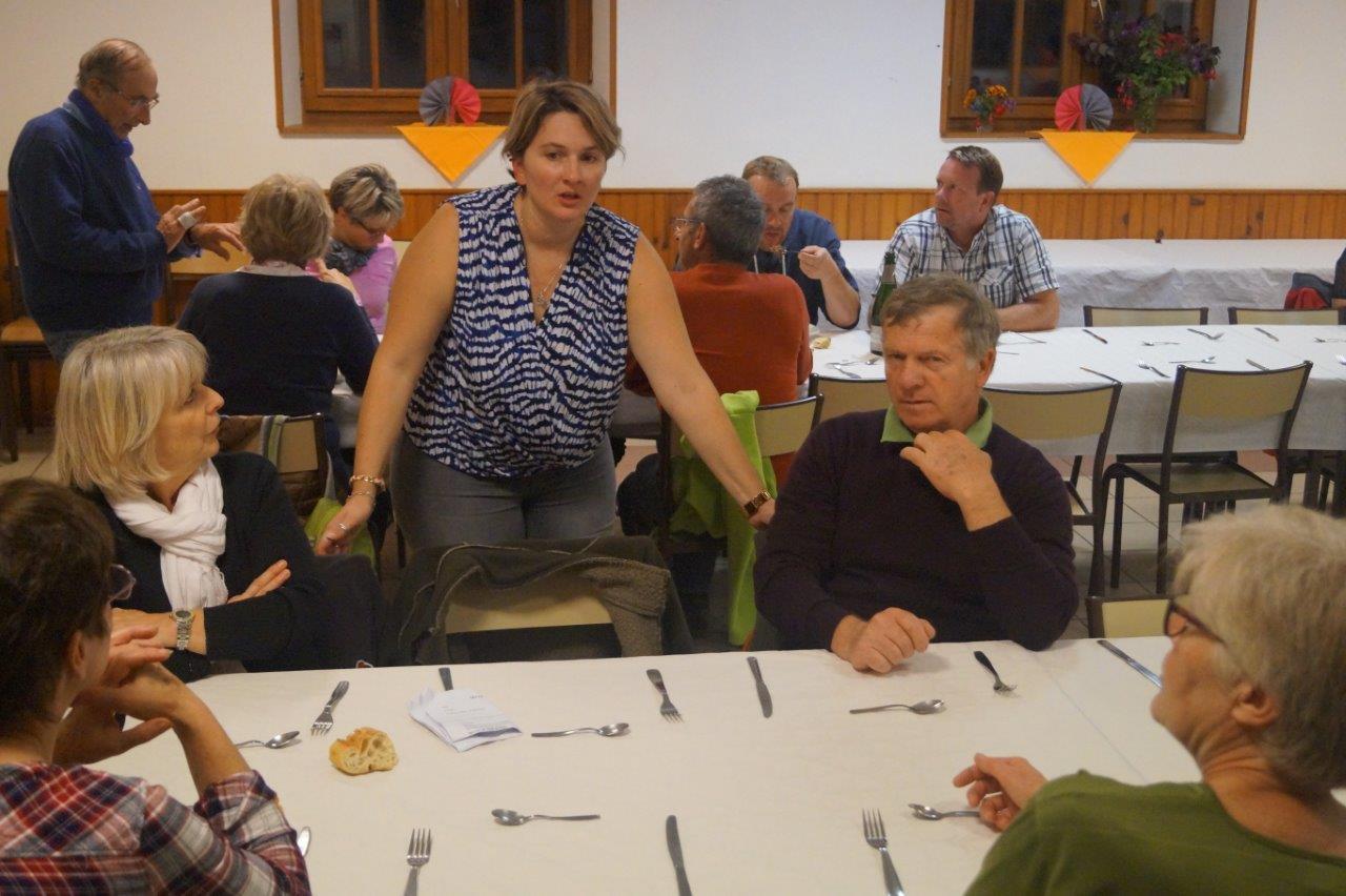 Au centre : Delphine Laurac, secrétaire du comité des fêtes de Saint-Agnan, est à l'écoute des marcheurs.