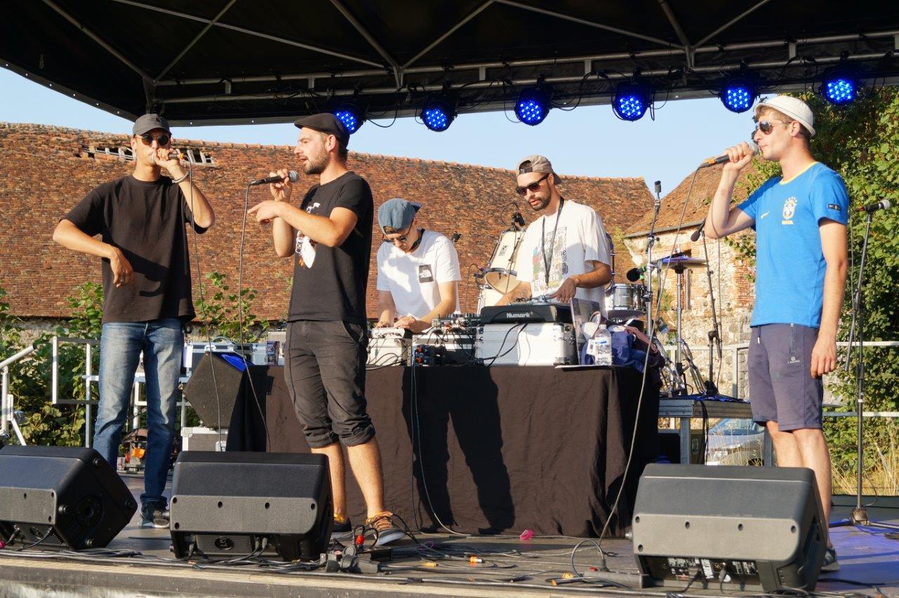 Hip-hop ! Venu de Reims, le groupe Lezasmatik donne le coup d'envoi du festival.