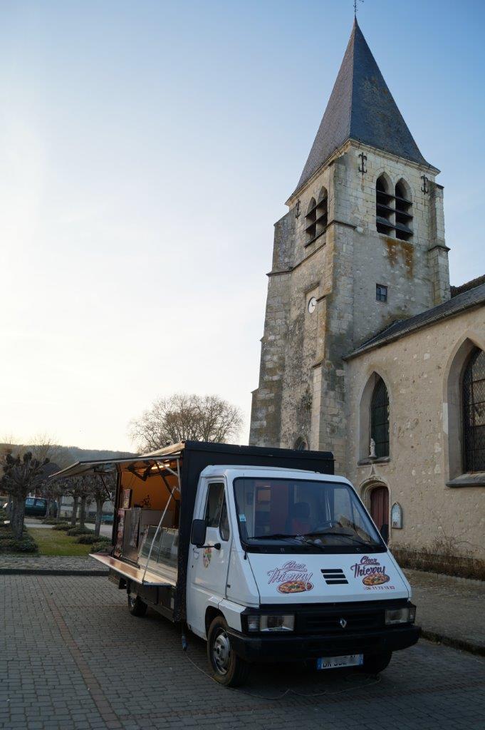 A Condé-en-Brie, Chez Thierry stationne chaque samedi soir sur la place de l'église.