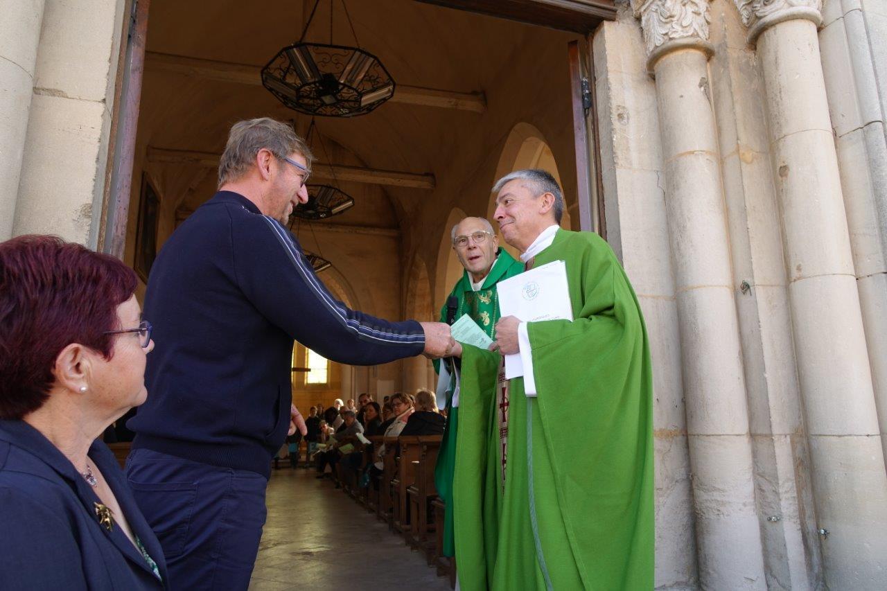 """Éric Mangin a remis les """"vraies"""" clés de l'église Notre-Dame de Crézancy au nouveau curé de la paroisse..."""