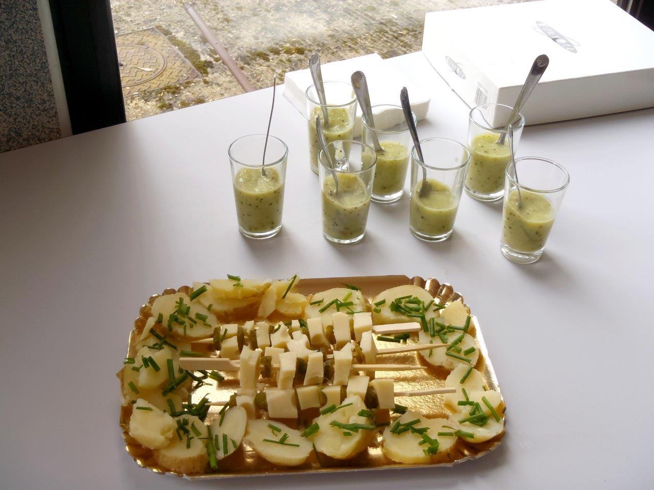 Brochettes sur lit de pommes de terre parfumées à la ciboulette ou comment accomoder les restes de repas.