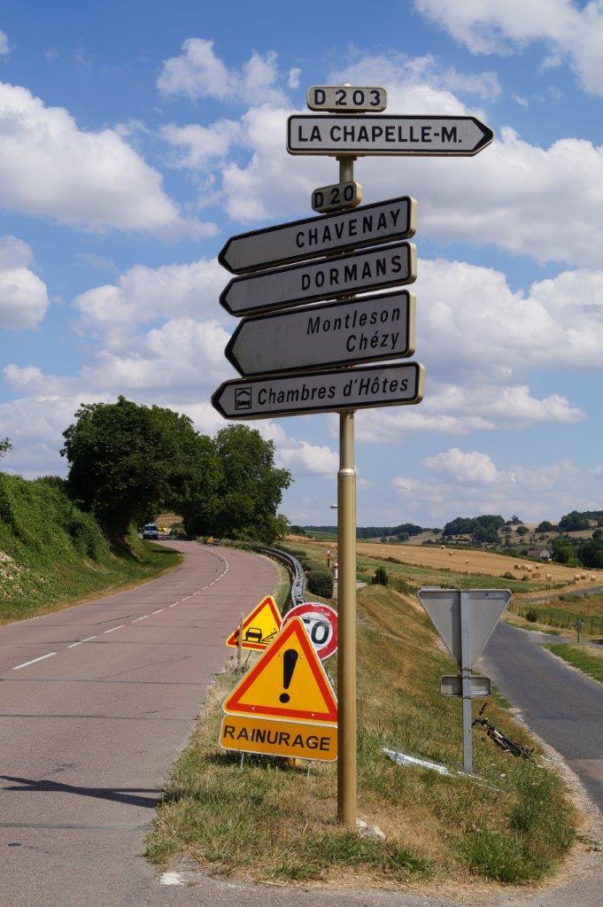 La chaussée de la RD20 entre Saint-Agnan et la frontière administrative avec la Marne est préparée avant le gravillonnage.