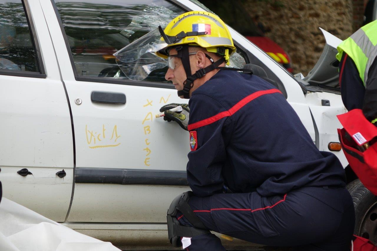 Les caractéristiques du véhicule et la position de la victime sont notées sur la carrosserie.