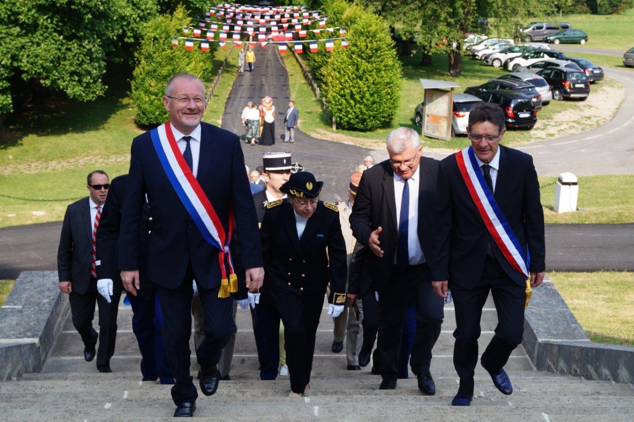 De gauche à droite : Eric Girardin, député de la Marne, Odile Bureau, sous-préfète d'Épernay, Christian Bruyen, président du Conseil départemental de la Marne et Michel Courteaux, maire de Dormans gravissent les marches de l'escalier du Mémorial.
