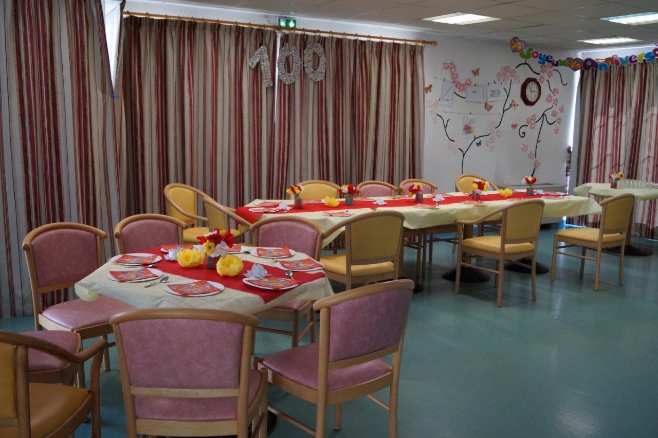 A l'EHPAD de Condé-en-Brie, les tables pour l'anniversaire de Marie-Louise Willems sont dressées dans la salle à manger.