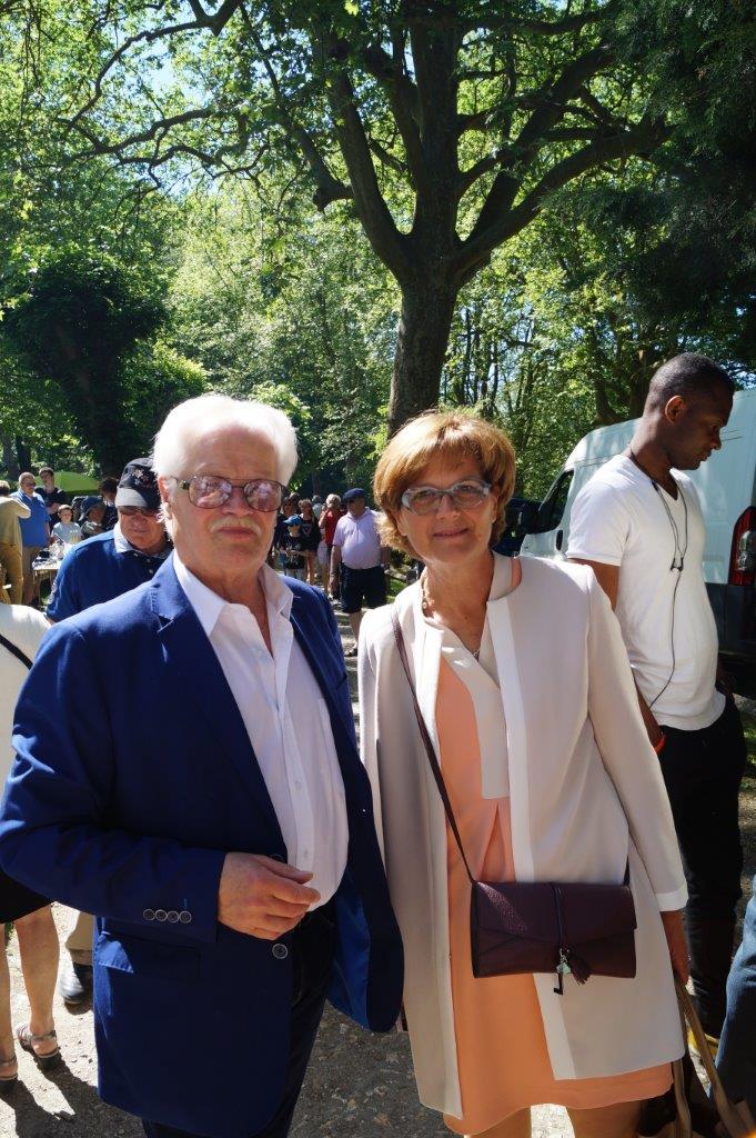 Jeudi 25 mai 2017, Gérard Goin accueille Rachel Paillard, la maire de Bouzy, lors de la traditionnelle brocante de l'Ascension dans le parc du château.