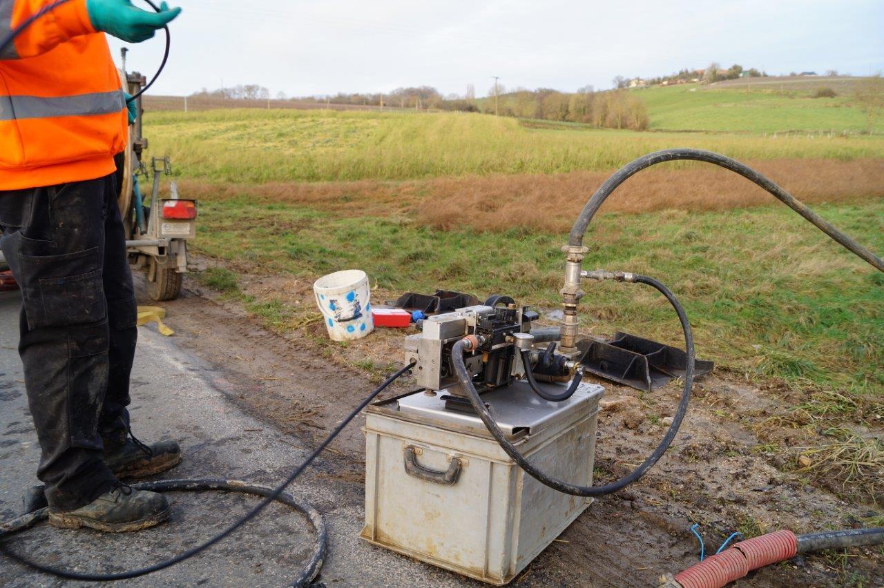 Ici, l'air et le câble sont introduits simultanément par un système d'entrainement...