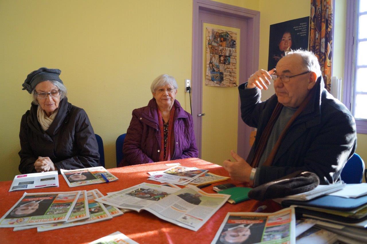 L'équipe du journal : de gauche à droite, Françoise Codron, Line Broche et l'abbé Henri Gandon.