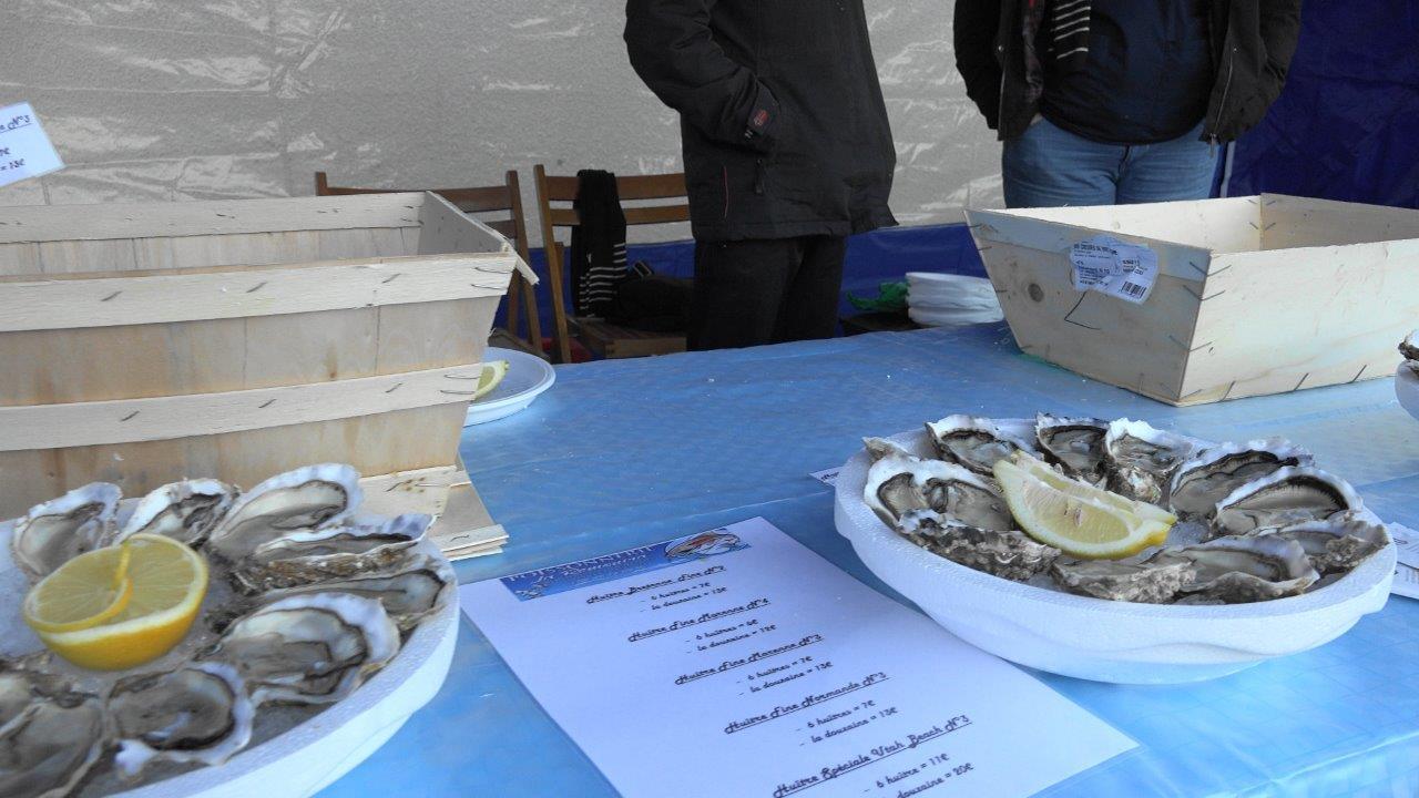Une dégustation d'huîtres proposée par le poissonnier ambulant la Rémonira.