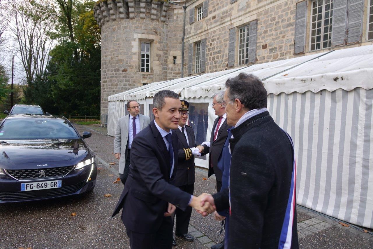 Le Ministre Gérald Darmanin salue Michel Courteaux, maire de Dormans.