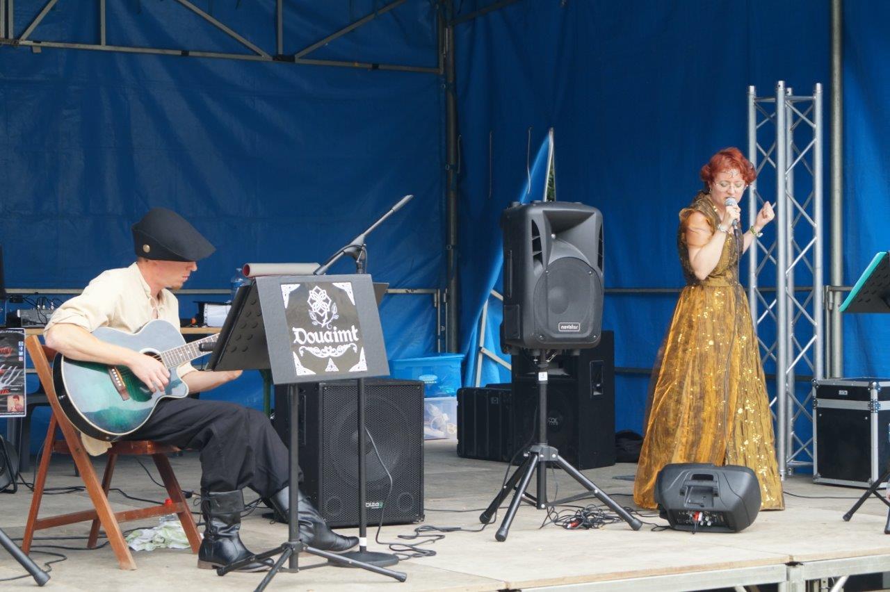 Le public remonte le temps grâce aux mélodies celtes et médiévales de la chanteuse elfique Douaimt.
