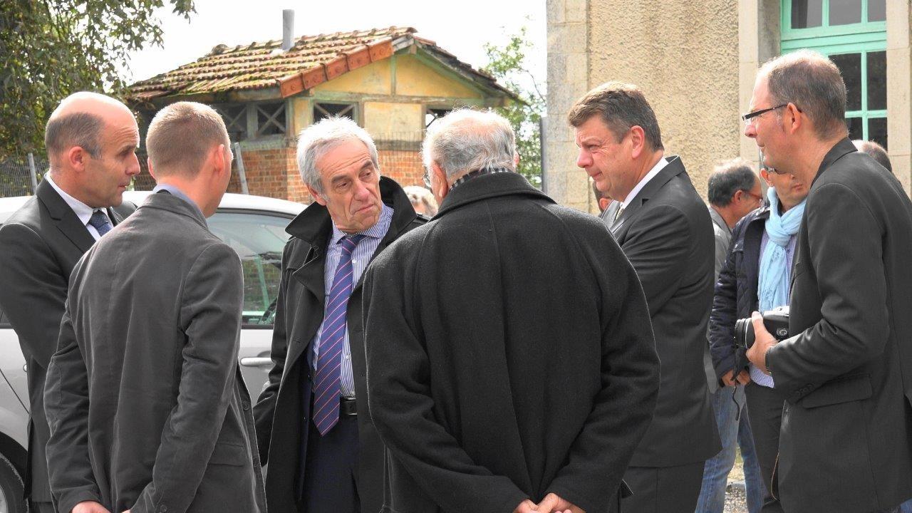 Devant l'ancienne gare de Montmirail (de gauche à droite) : Etienne Dhuicq, maire de Montmirail, Jean-François Savy, préfet de la région Champagne-Ardenne, Patrick Naudin, sous-préfet d'Epernay et Yves Coquel, président de TFBCO.