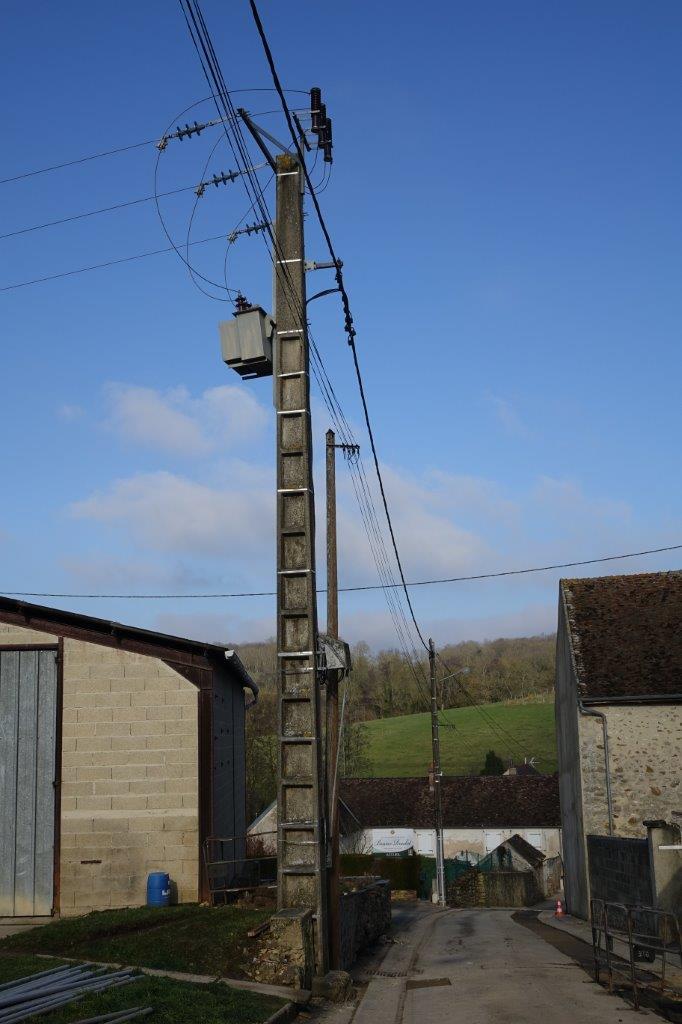 """Le transformateur situé en haut du poteau et la ligne électrique """"trois fils"""" de 20 000 volts (à gauche), vont être déposés."""