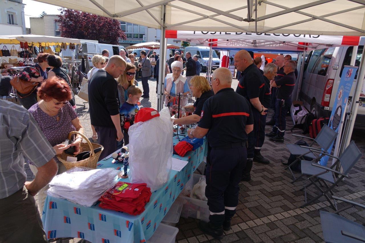 Le marché de Dormans accueille le stand de l'oeuvre des pupilles orphelins de sapeurs-pompiers.