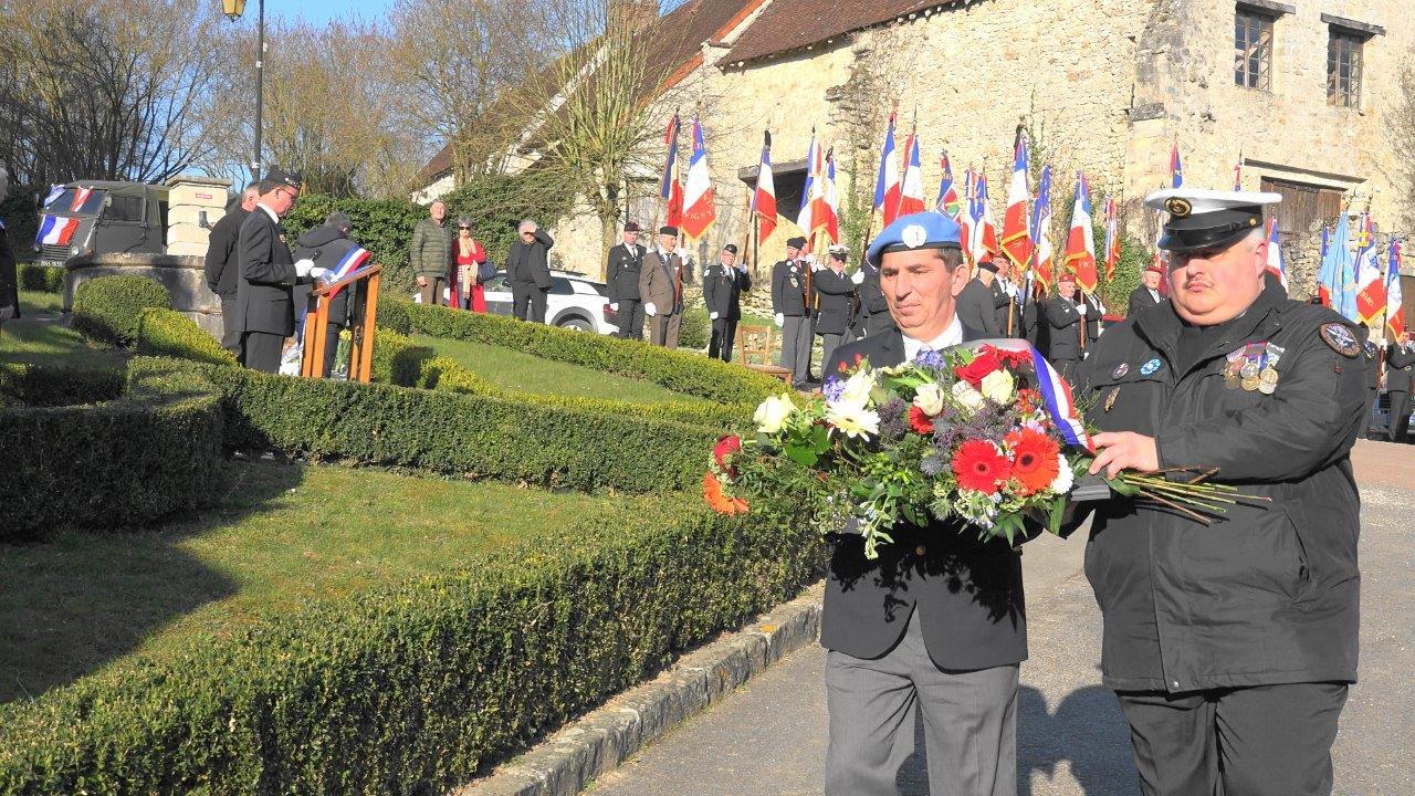 De gauche à droite : Laurent Attar Bayrou et Christophe Delannoy déposent une gerbe de fleurs.