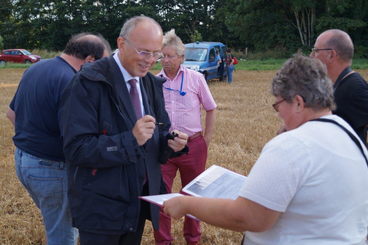 Laurent Olivier, sous-préfet de Soissons, va signer l'Arrêté autorisant le décollage de l'appareil. Ça sent bon !