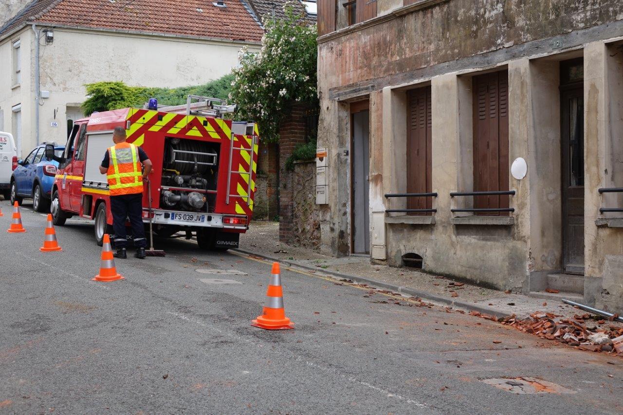 À Condé-en-Brie, les sapeurs-pompiers du centre d'intervention principal de Saint-Eugène sécurisent ici les toitures des habitations.