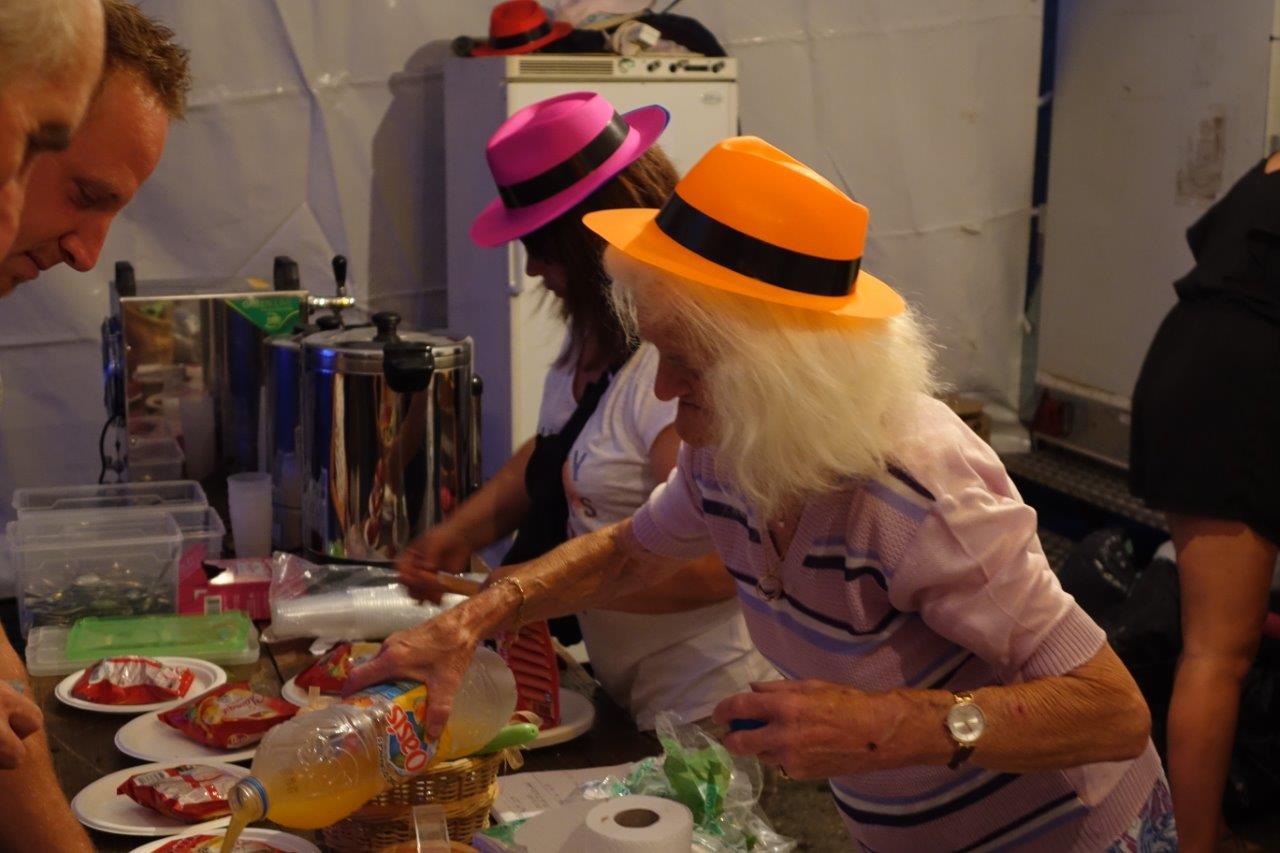 Les bénévoles arboraient de jolis chapeaux.