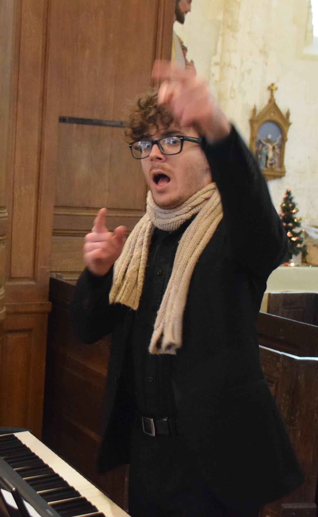 Nathan Renard dirige la chorale Cholory d'Etrepilly depuis 2 ans.