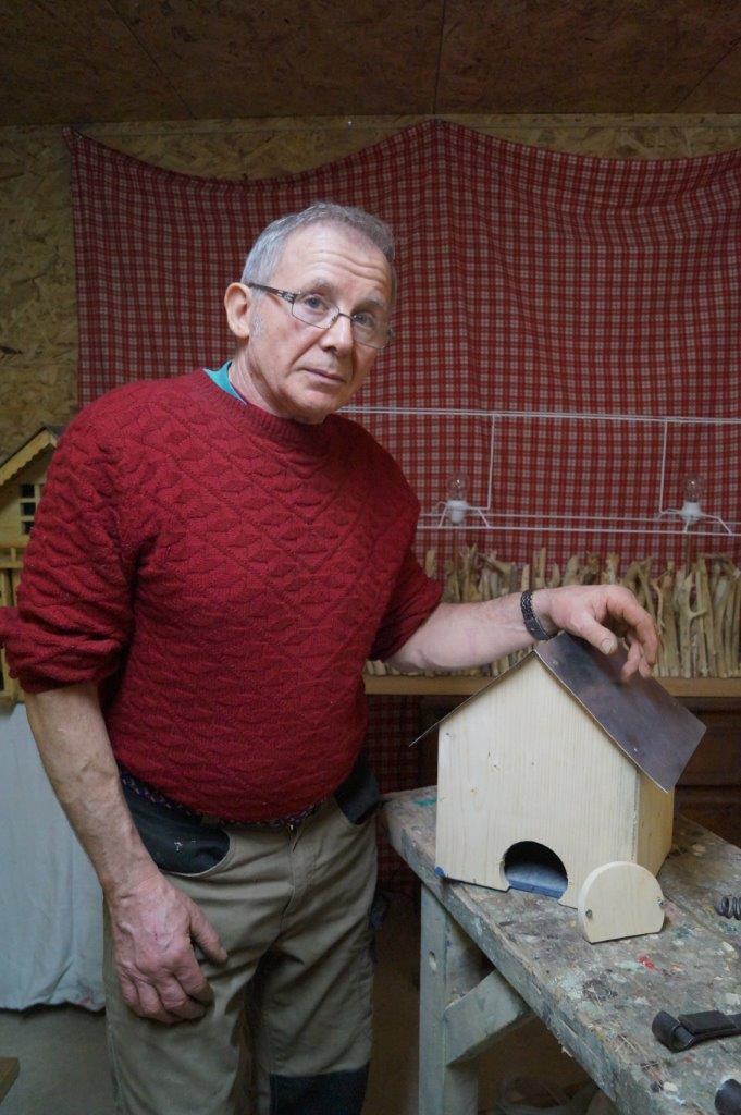 Innovation : Olivier Marechal a créé une ouverture à l'arrière d'une cabane à oiseaux dans le but de faciliter le nettoyage intérieur de celle-ci.