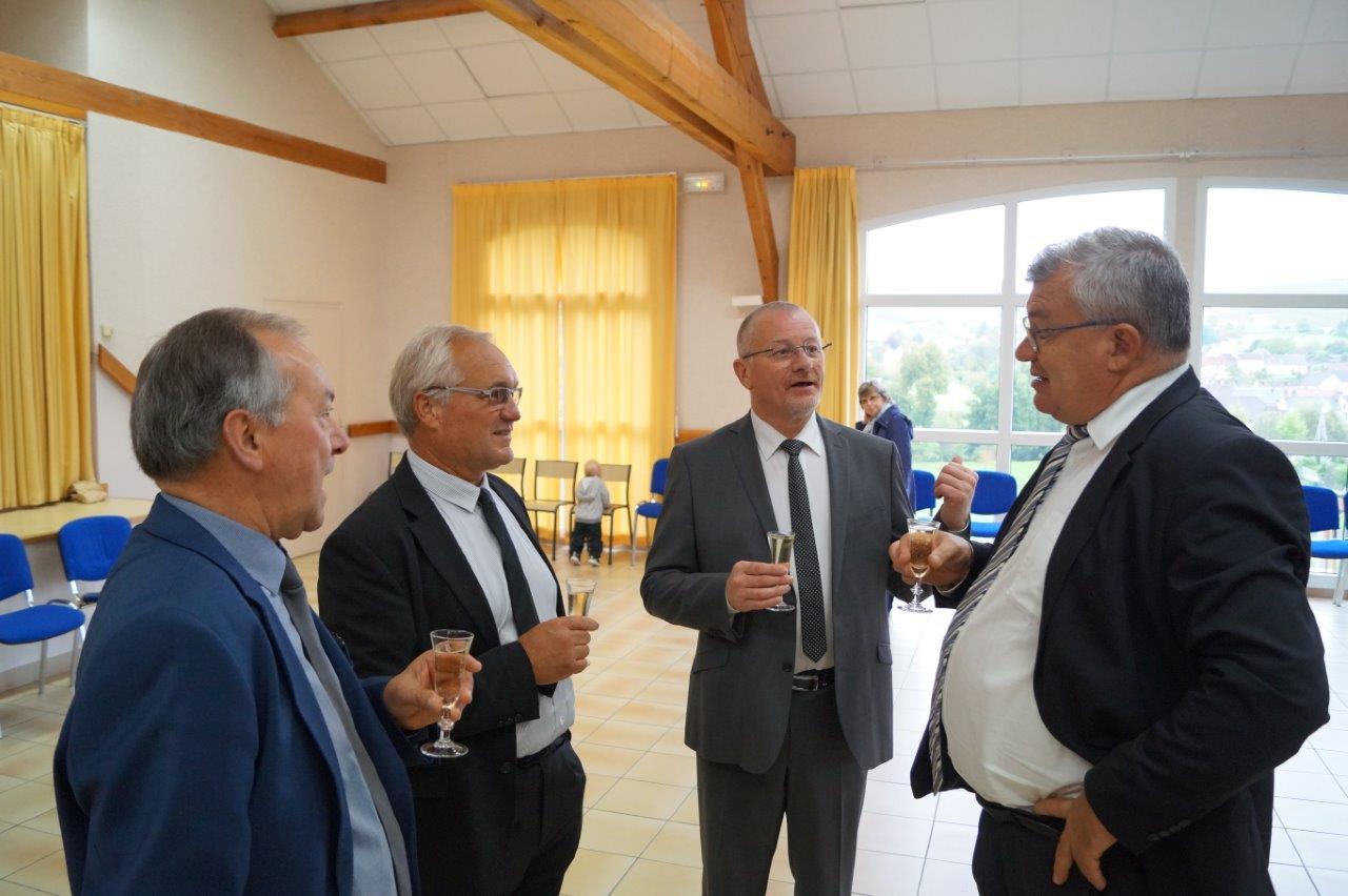 Eric Girardin, co-fondateur du Champagne Châlons Reims Basket, semble inviter Christian Bruyen, président du Canoë  Kayak Eaux Libres de Dormans, à aller sur le terrain de basket-ball...r