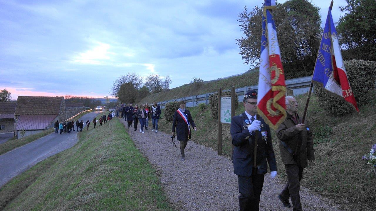 Les porte-drapeaux précèdent Jacqueline Picart, maire déléguée de la commune historique de La Chapelle-Monthodon.
