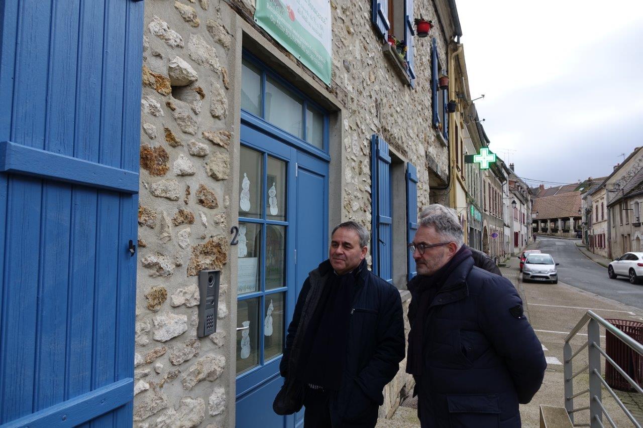 Xavier Bertrand et Dominique Moyse à la porte de la micro crèche Montessori Graine d'Innocence.