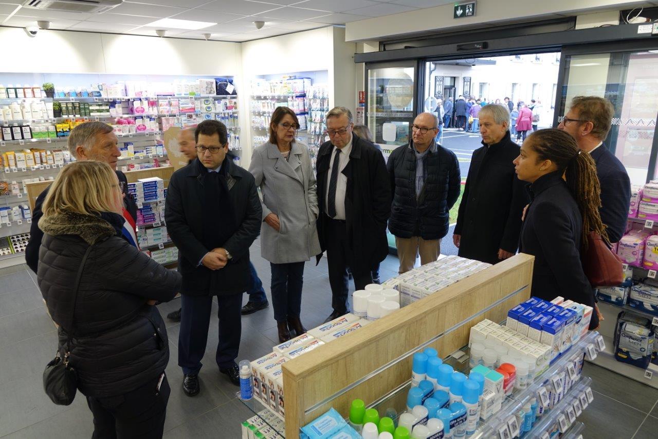 Les personnalités ont rendu visite à la pharmacienne.