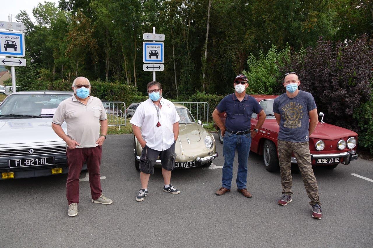 Les Condéens Patrice et Philippe Serre (à gauche) ont proposé une exposition de voitures anciennes.