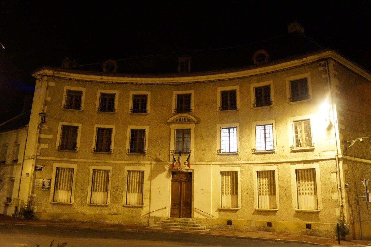 La lumière aux deux fenêtres du 1er étage de la mairie témoignait d'une activité intense.