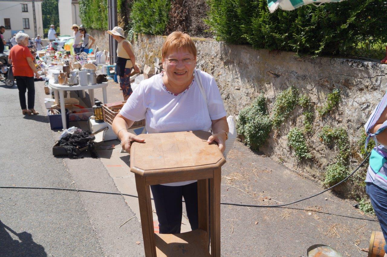 Cette habitante de Vallées-en-Champagne a le sourire. Elle vient d'acquérir cette sellette en bon état, moyennant la modique somme de 5 euros...