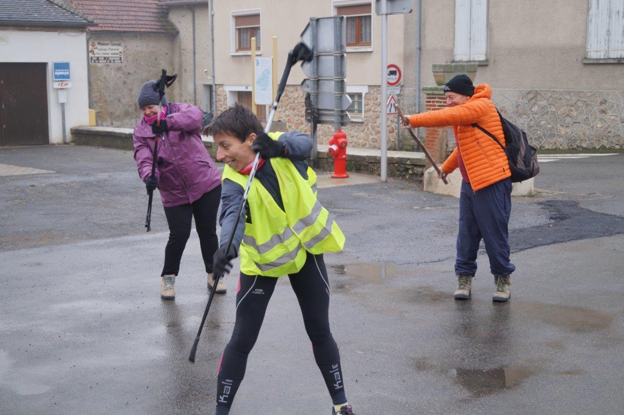 Adeline Levillain, en jaune, coache les participants avant le départ...