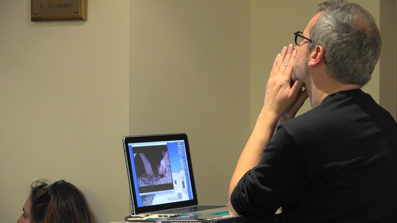 """Le réalisateur Laurent Larivière en pleine concentration avant la projection de son court-métrage de fiction """"J'ai pris la foudre""""."""