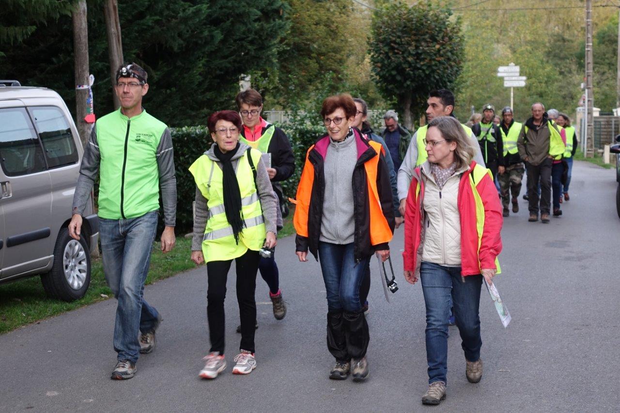 Les participants ont entamé la randonnée par petits groupes...