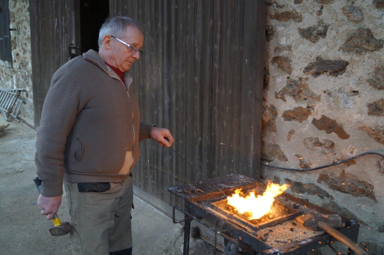 L'artisan travaille également de petites pièces en fer forgé...