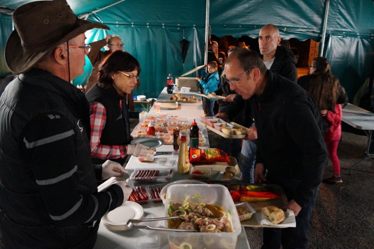 Sous le beau chapiteau, le repas a rassemblé plus d'une centaine de participants.