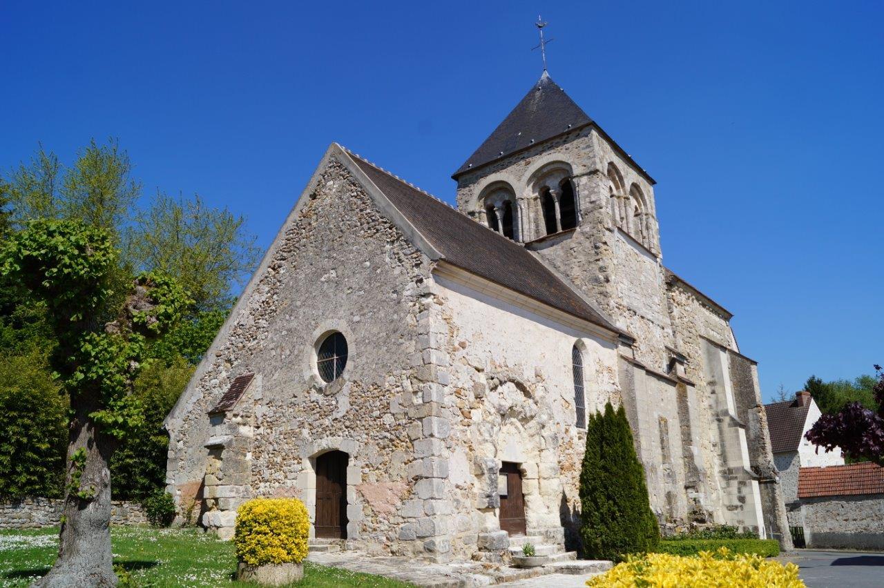 L'église de Celles-lès-Condé et son clocher de style roman.