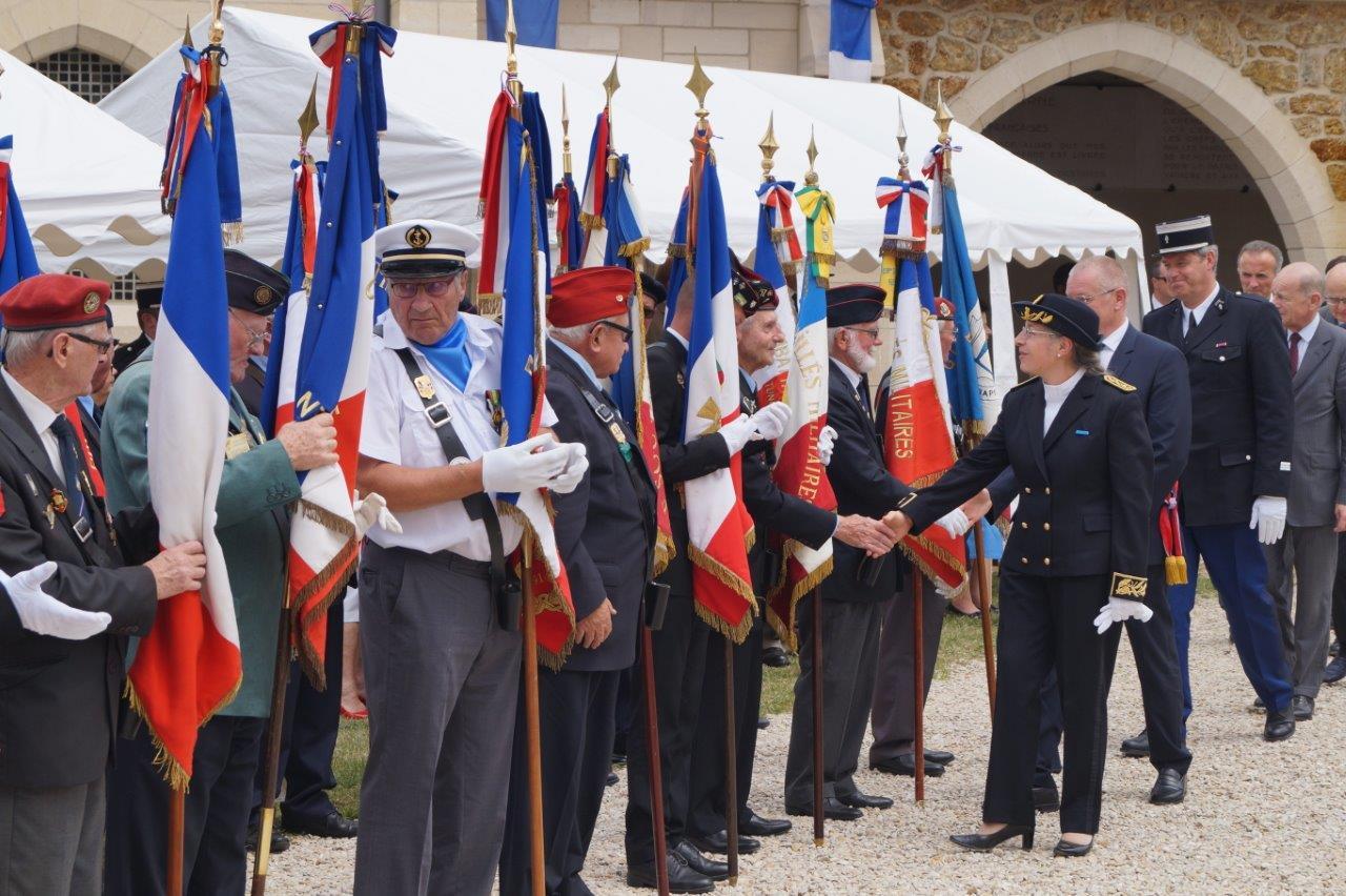 La sous-préfète Odile Bureau salue les porte-drapeaux.