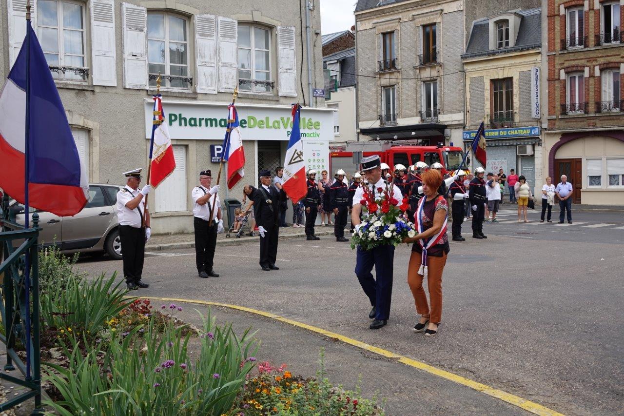 Sur les coups de 16h00, Nadine Woiry, conseillère municipale, et le représentant de la Gendarmerie nationale déposent, ensemble, une gerbe de fleurs au Monument aux Morts.