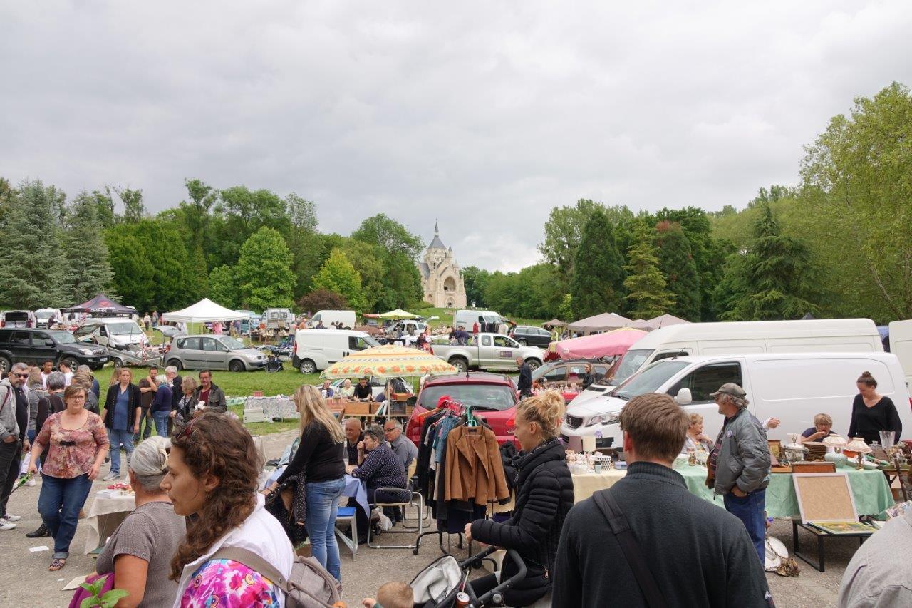 Les organisateurs ont dû ouvrir la partie enherbée située derrière le château aux exposants, à cause de l'engazonnement de plusieurs bordures d'allées.'allées.