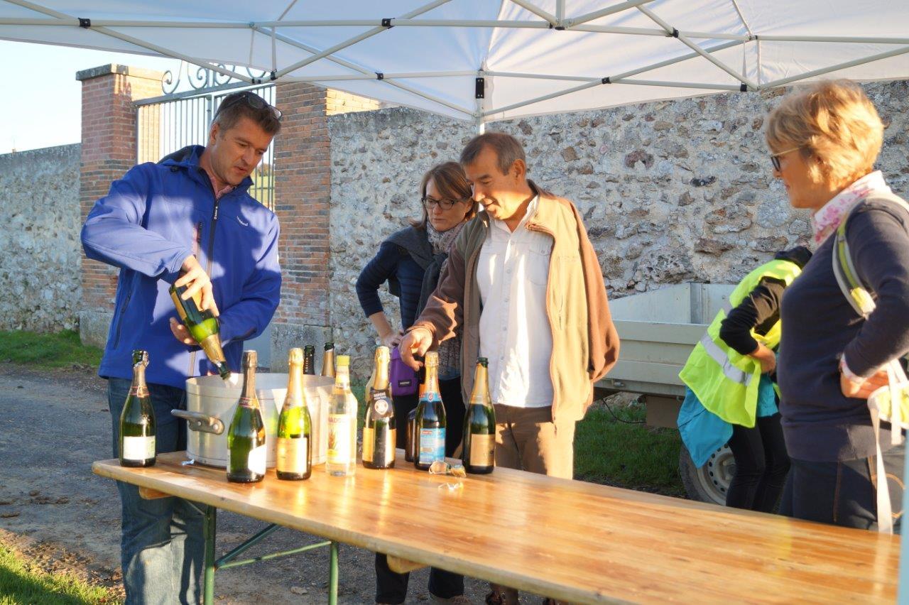 Ravitaillement apéro. Au centre : Bruno Lahouati, maire de Vallées-en-Champagne, semble demander à Nicolas Patiny d'en mettre un peu plus...