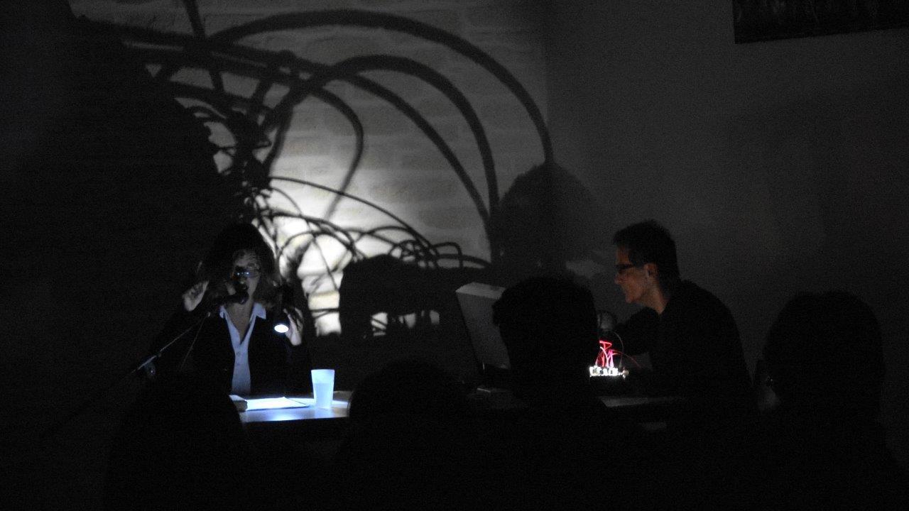 Les rats : une performance d'Olivia Rosenthal et Eryck Abecassis en noir et blanc.
