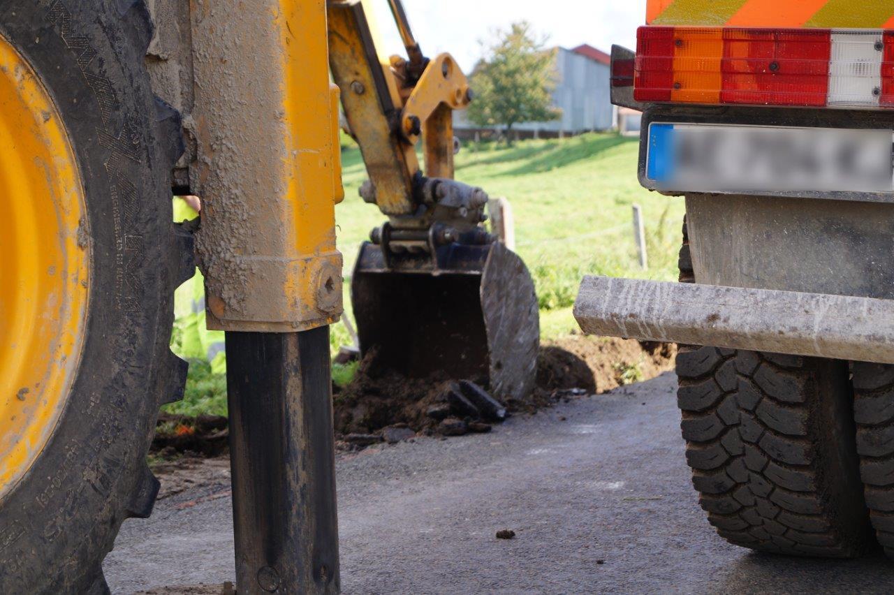 Le godet de la pelle mécanique est decendu à une profondeur de 60cm.