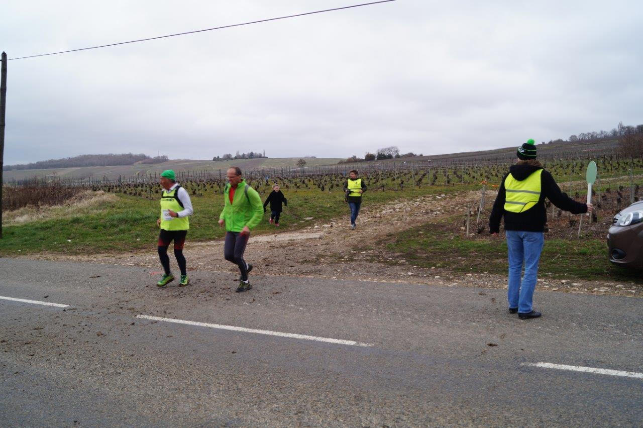 Les bénévoles assurent la sécurité des participants aux carrefours...