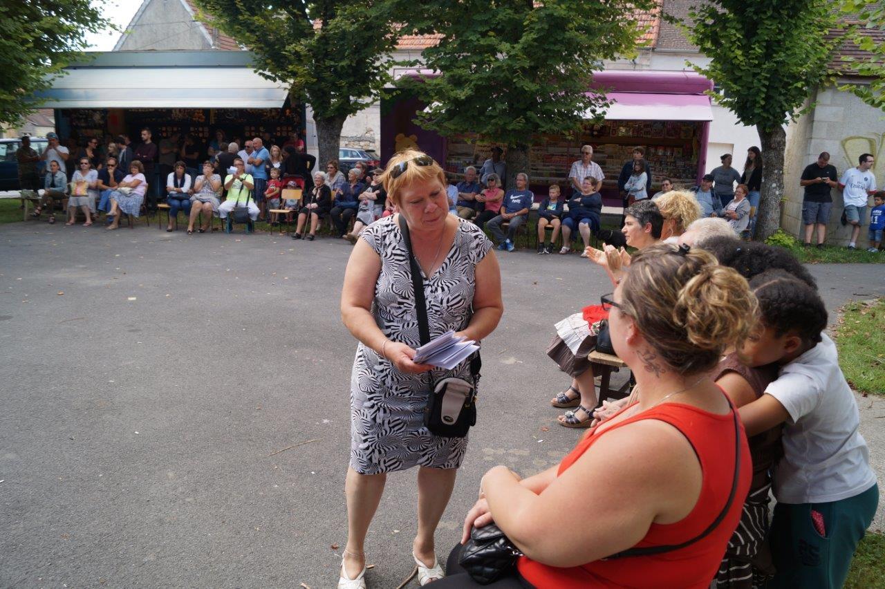 Patricia Salot, présidente du Comité des fêtes de Connigis, a proposé aux spectateurs les traditionnelles enveloppes gagnantes.
