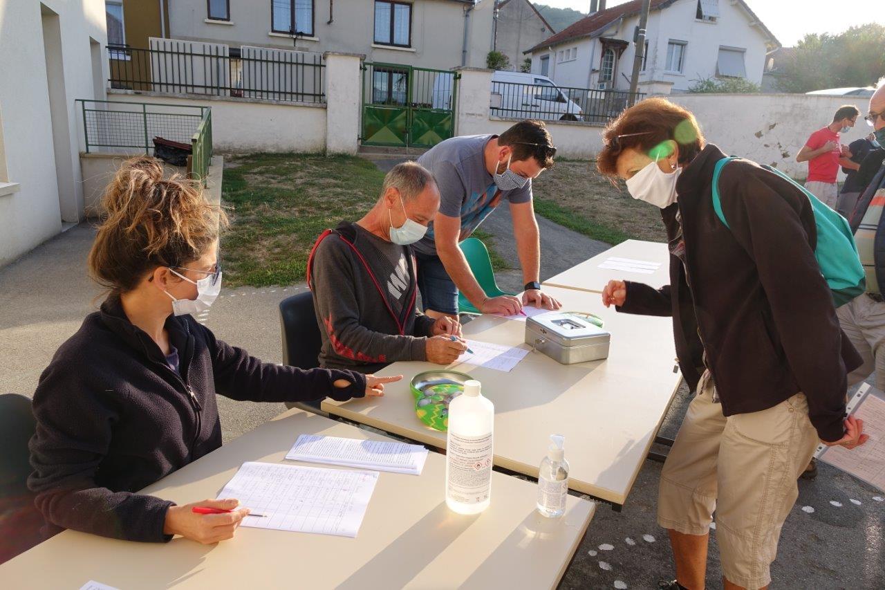 De gauche à droite : Elvira Sonnek, conseillère municipale, Vincent Vérot, maire de Monthurel, Joachim Genel, conseiller municipal et Claudette Rousseau, première adjointe au maire, comptabilise les participants..1
