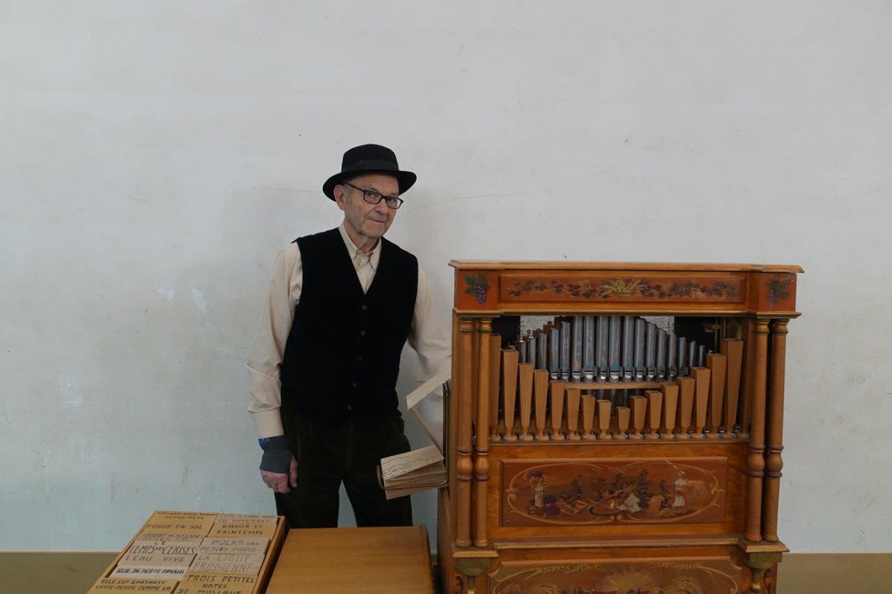 Le condéen Alix Benoist fait patienter le public au son de l'orgue de Barbarie.